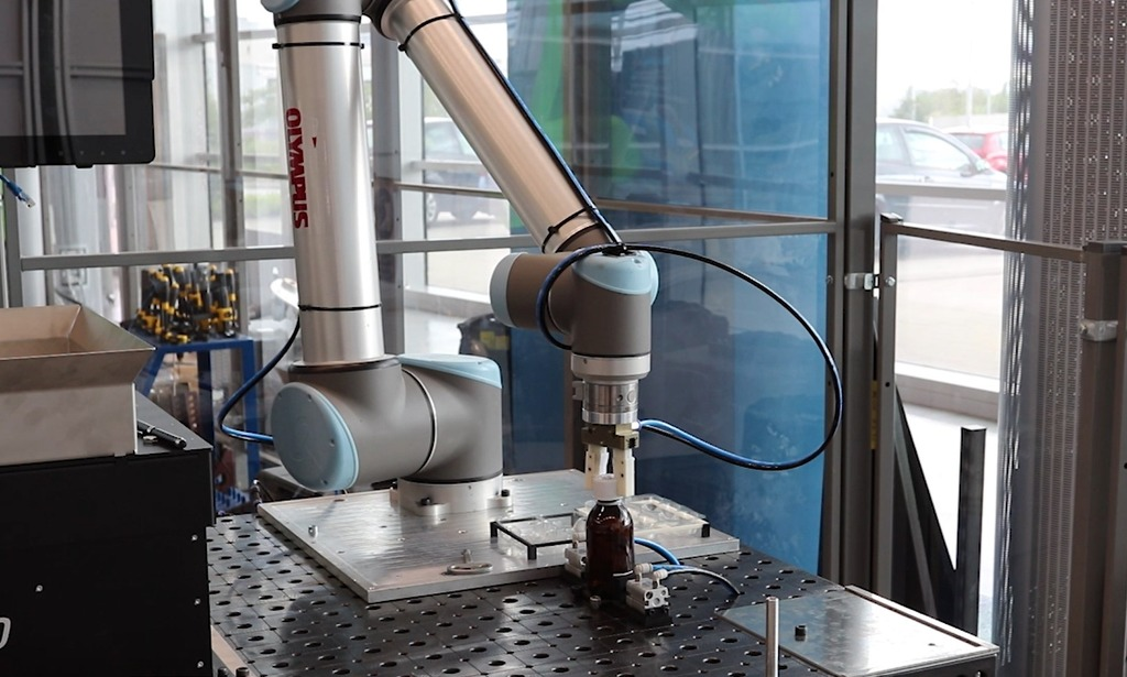 The demonstrator robotic arm built to test the automation of the cap-screwing processes for bottles.